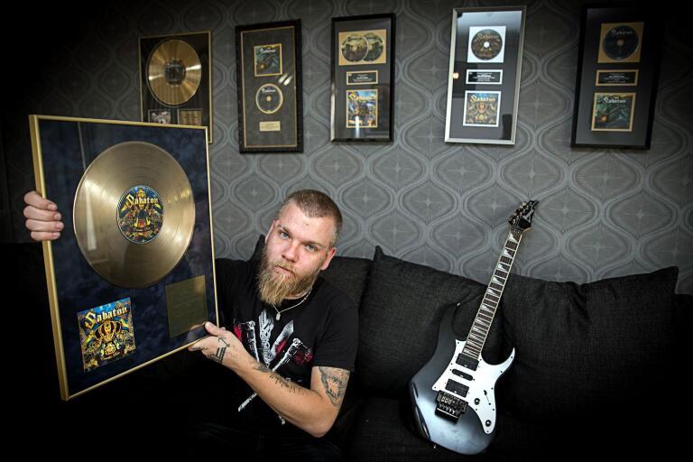 Inte alla kan tapetsera väggarna med guld- och platinaskivor. Hultsfredsbon Ken Kängström kan. Han har nämligen skrivit flera av Sabatons hits. Han är också aktuell med Europaturné med sitt eget band Follow The Cipher.