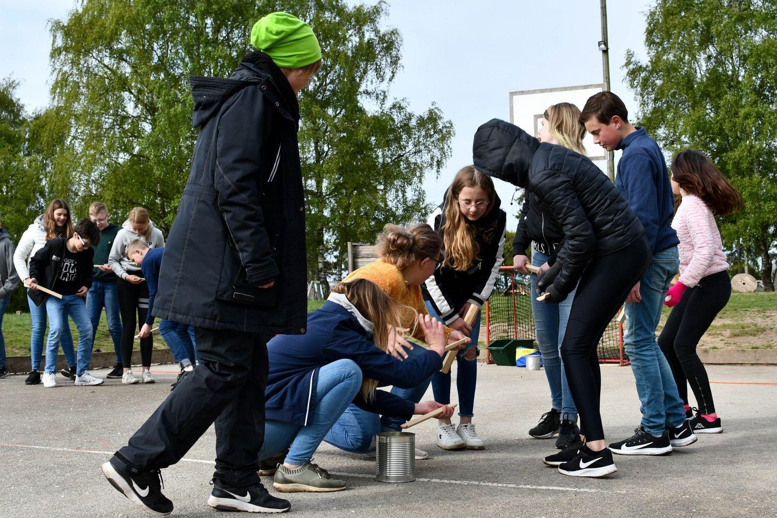 Samarbetsförmågan prövades i övningen där ett antal spelkulor skulle transporteras från start till mål med hjälp av korta bitar trälist. Årskurs sex löste uppgiften galant.