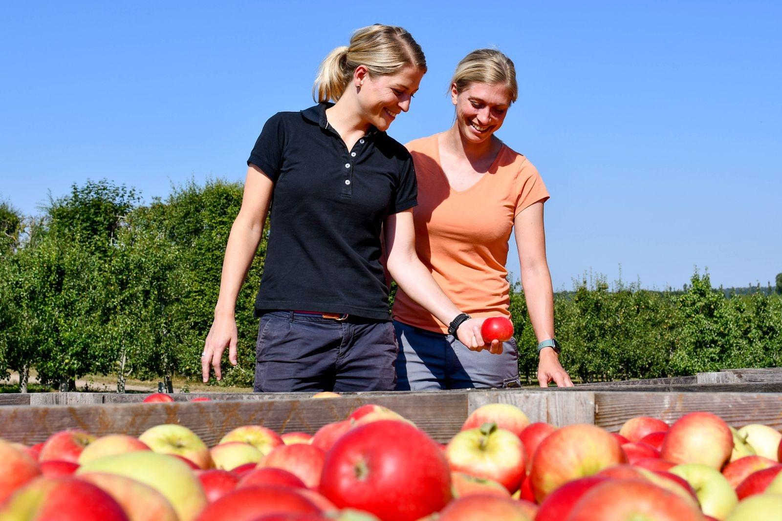 Madeleine Nilsson driver Orelunds gård tillsammans med sin syster Alexandra. När hon gästar Tommarp den 25 november är det för att berätta om när hon cyklade 120 mil till Paris.