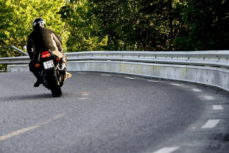 Att ge sig ut på motorcykeln i sommarvärmen kan ge en frihetskänsla. Men tänk på farten, uppmanar Jesper Christensen, generalsekreterare vid Sveriges Motorcyklister.