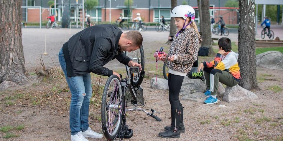 Mila Nilsson får hjälp av Erik på skolan, när hennes kedja hoppat av.