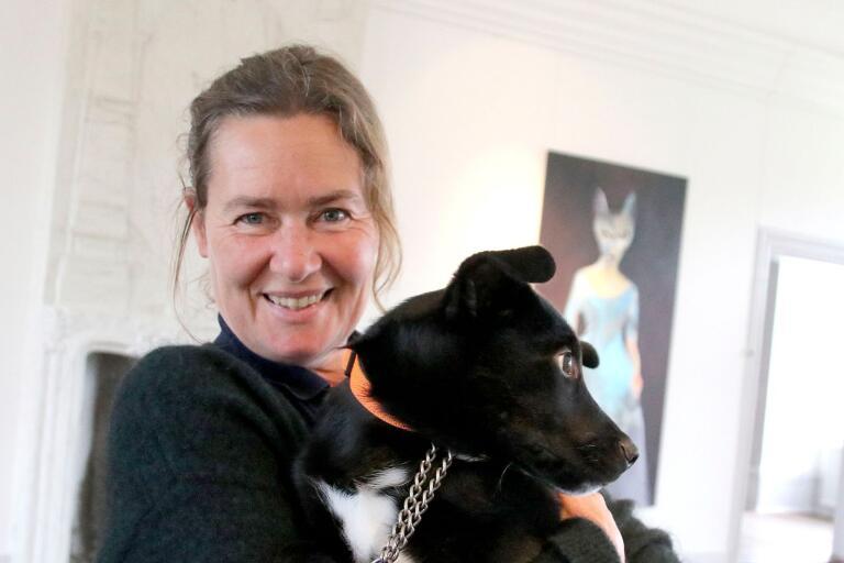 Emma Karp Lundström med en av sina två hundar.