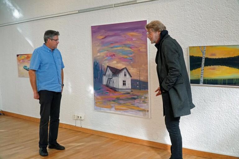Gunnar Binder och Bengt-Göran Johansson förbereder vernissage i Marks Konsthall.