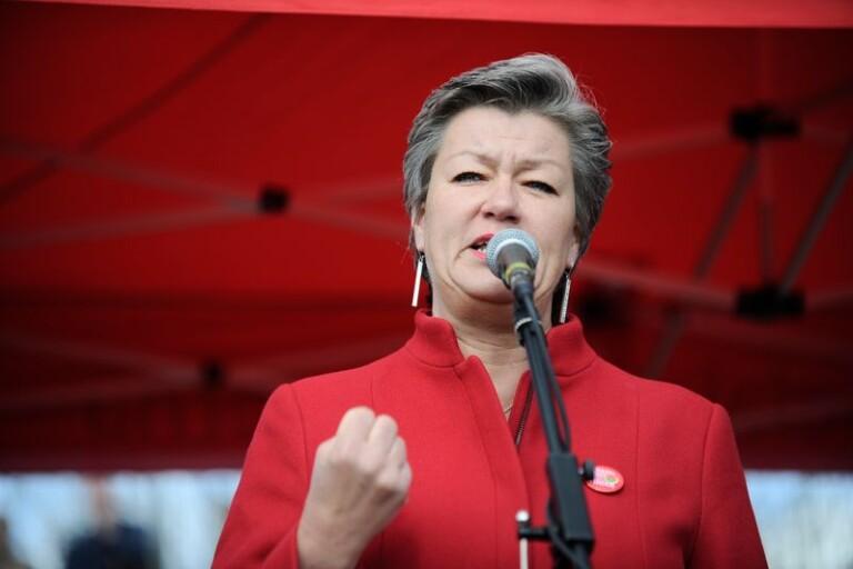 Arbetsmarknadsminister Ylva Johansson (S) borde argumentera för att göra a-kassan obligatorisk. Socialdemokraternas motstånd grundar sig i omtanken om LO.