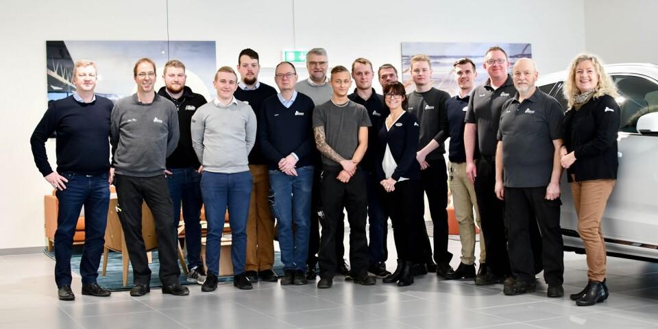 I mitten av maj förra året startade arbetat med att anpassa de nya lokalerna för Bil Bengtssons behov. Efter sommaren var första etappen klar och verkstadsmedarbetarna på plats. Nu är hela gänget samlat på Fabriksgatan. En nyhet på nya läget är att Toyota Sydost har flyttat in med en egen nybilshall, och gör Volvo, Renault, samt Dacia sällskap.