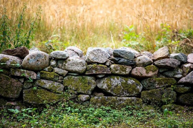 Stenmurar - dyra att ta bort utan tillstånd.