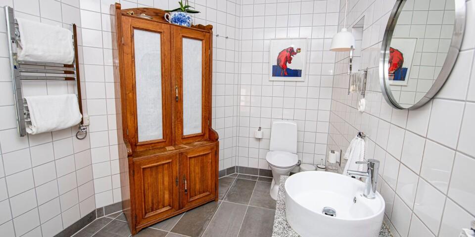I den tillbyggda delen av huset finns badrummet som är fräscht och rymligt. Ett gammalt linneskåp som är ärvegods fungerar i dag som badrumsskåp.