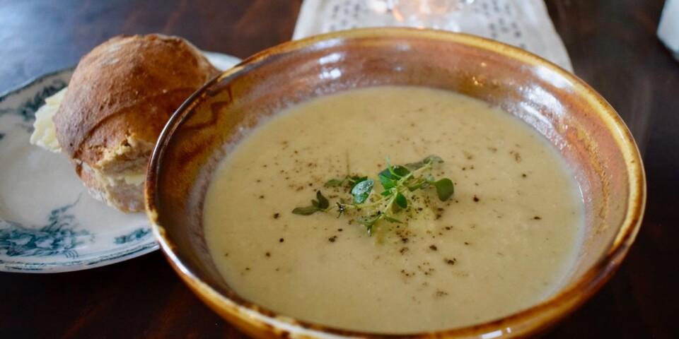 Höstsoppan är enkel att göra, och mycket god. Med bland annat rotselleri och med smak av timjan.