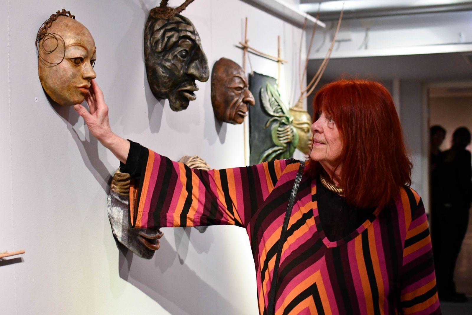 """""""Mitt uttryck har blivit lite vildare"""", konstaterar Eva Härstedt när hon jämför sina nutida verk med äldre verk ur stiftelsens konstsamling i utställningen """"Då - Nu""""."""