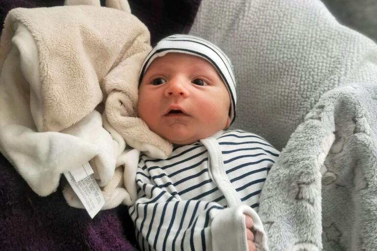 Elvisa Selimovic och Peter Barraza, Oskarshamn, fick den 29 april en son som heter Melvin. Vikt 3730 g, längd 51 cm.