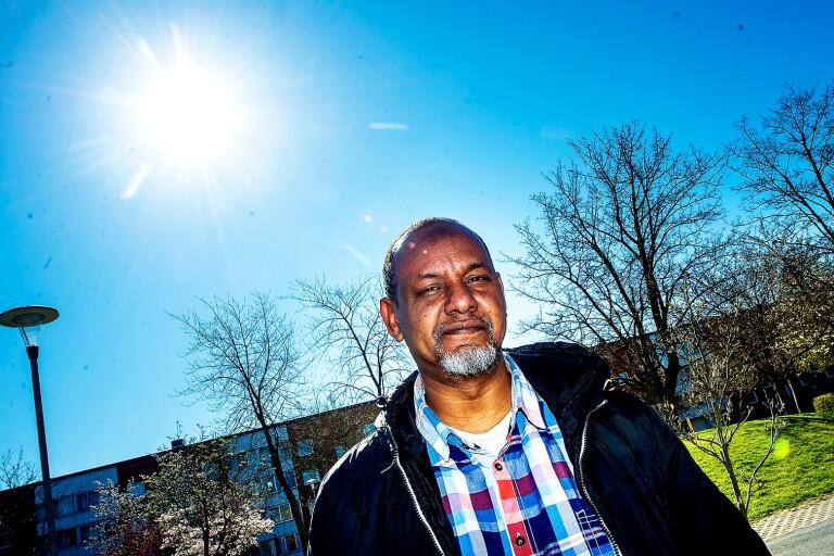 Mowlid Aden har bott i samma lägenhet i 27 år. Han trivs mycket bra, även om livet satts på vänt. Långa promenerar och kolonilotten håller honom uppe.