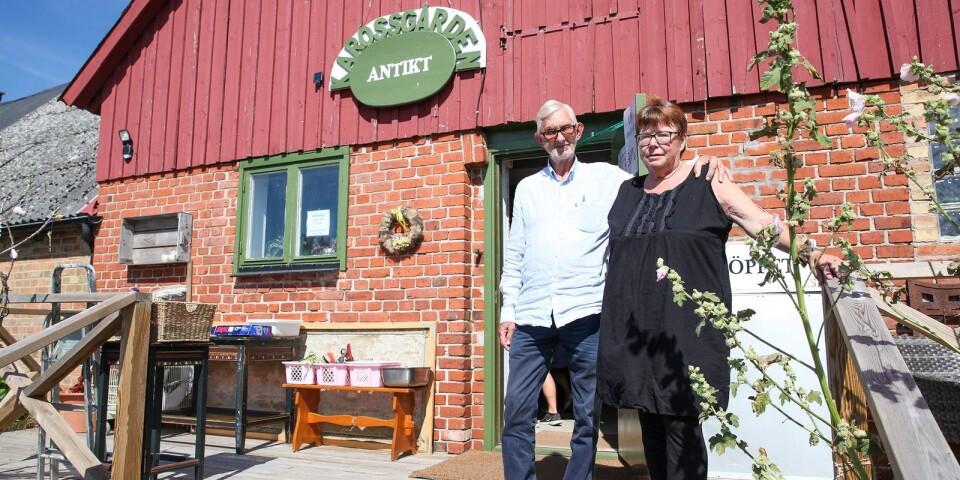 Anne och Ulf Edberg på trappan till den nuvarande butiken i Gladsax,