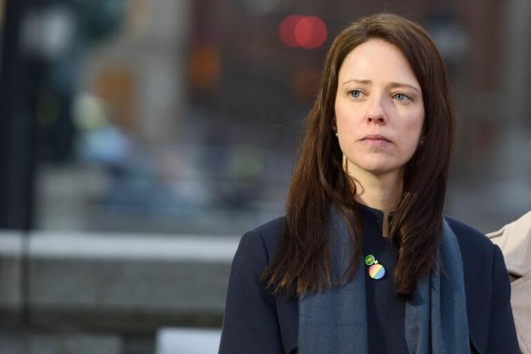 Som Åsa Lindhagen (MP) menar måste männen maka på sig för att kvinnor ska ta plats.
