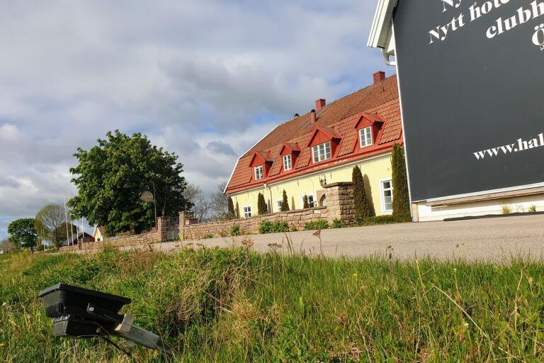 """Halltorps Gästgiveri - utan el sedan en vecka tillbaka och nu utan vatten. """"Det går inte ens att koka kaffe där längre, så nu flyttar vi undervisningen till Jenny Nyström och deras restaurangskola terminen ut"""", berättar Karin Hovmark, rektor på Ölands utbildningscenter."""