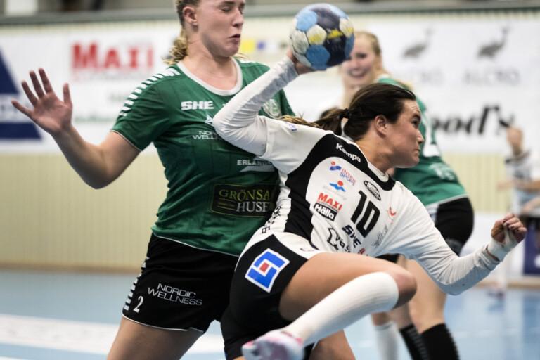 Hannah Grytegård, i vitt, och hennes VästeråsIrsta har fått en gåva på 100 000 kronor av en 96-årig supporter. Arkivbild.