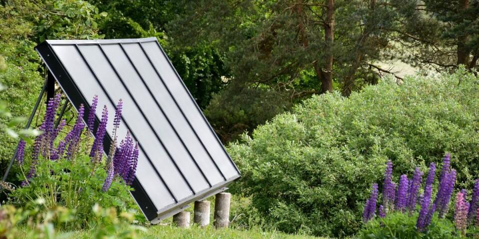 En fristående solfångaranläggning värmer det senast byggda halmbalshuset.