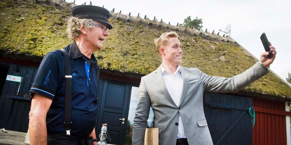 Flera personer från kommunen ville passa på att ta en selfie med legendariske ålfiskaren Hånsa Olofsson.