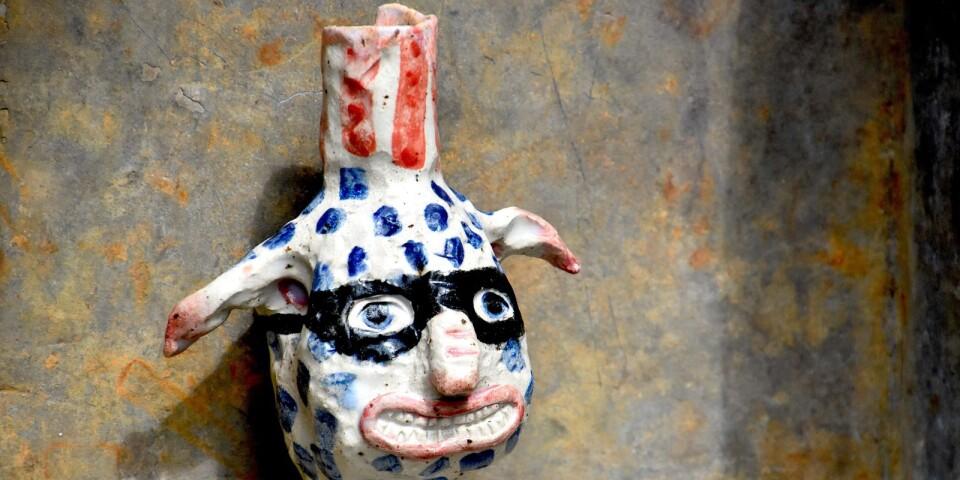 Sofia Wiberg skapar små fantasirika keramikskulpturer som hon också säljer på Catus Home.