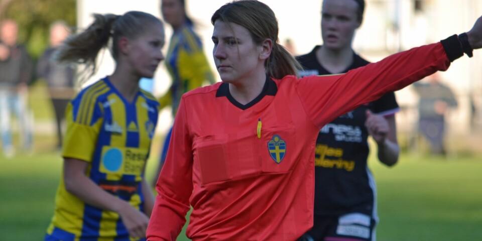 En karriär i svart kan ibland även innebära mer kulörta inslag. Färgexperten Edvina Karajkovic snackar hellre spelarna tillrätta än att visa gula och röda kort. Här i matchen mellan svarta Karlskrona och gul-blå Eskilsminne (1–3) i damettan.