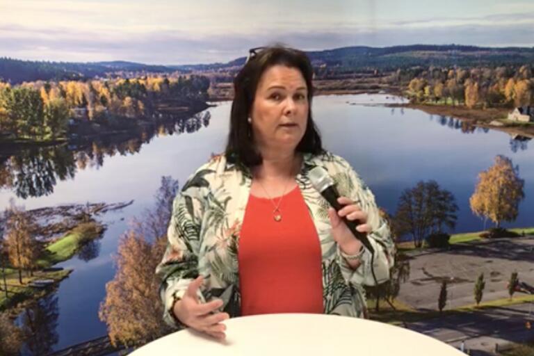 Carita Brovall talade om smittspridning i kommunen, och uppmanade Tranemoborna att följa myndigheternas rekommendationer. Bilden är från kommunens sändning på Facebook.