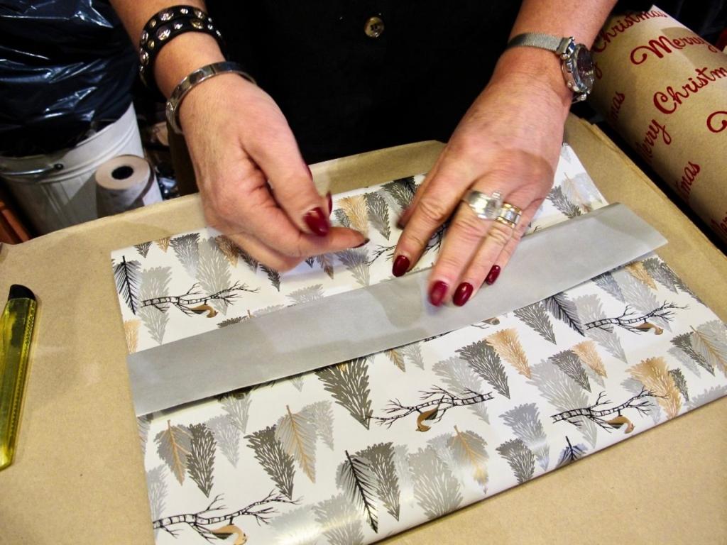 Ylva visar hur man viker över dubbelsidigt papper.