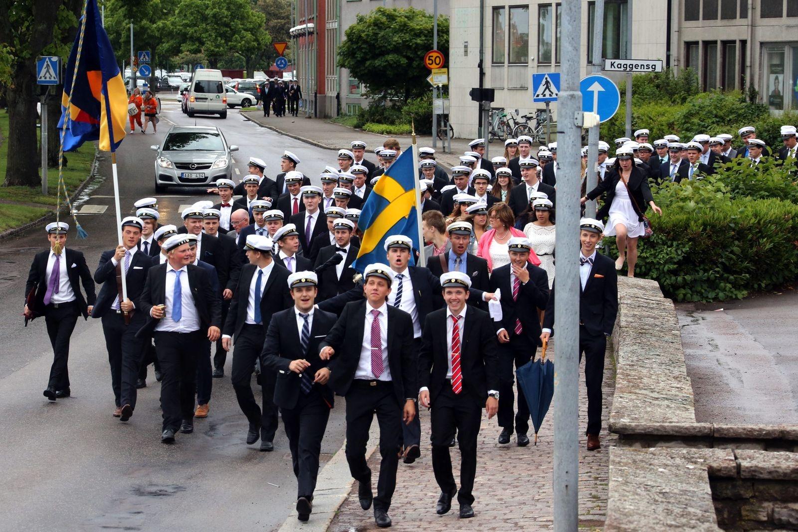 Lars Kaggskolan tågar från Kalmar domkyrka tillbaka till skolan vid studentexamen 2013.