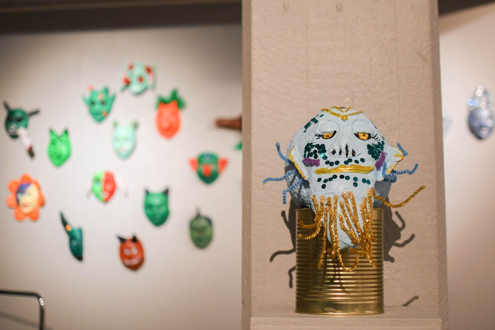 En trappa ner visas även masker som eleverna i årskurs 9 på Kastanjeskolan i Tomelilla skapat med inspiration från fantasygenren.