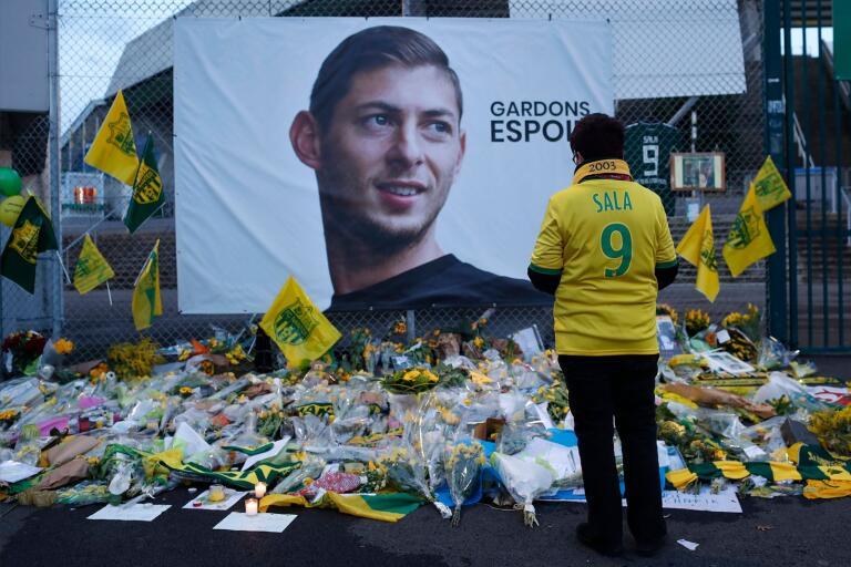 En Nantessupporter vid minnesplatsen av avlidne fotbollsspelaren Emiliano Sala.