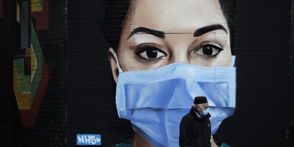 En man i London passerar en muralmålning av konstnären David Speed på torsdagen.