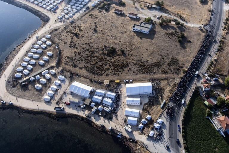 Omkring 9|000 personer ska ha flyttat in i det tillfälliga lägret på Lesbos.