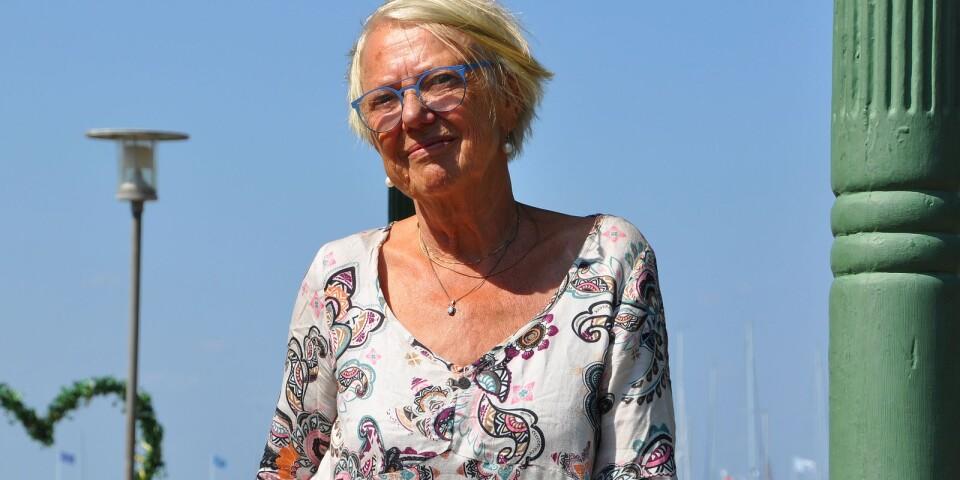 Anne Oskarsson (SD) förklarar syftet med motion kring äldreomsorg.