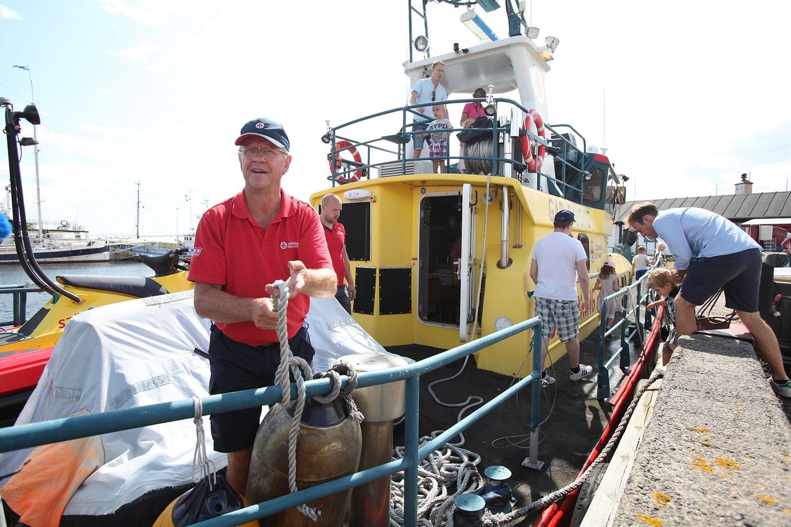 Det var många som ville gå ombord och kika på Sjöräddningens båt Gad Rausing som låg förtöjd i hamnen. Anders Nyman, besättningsman, berättade att en permanent sjöräddningsstation är på gång.