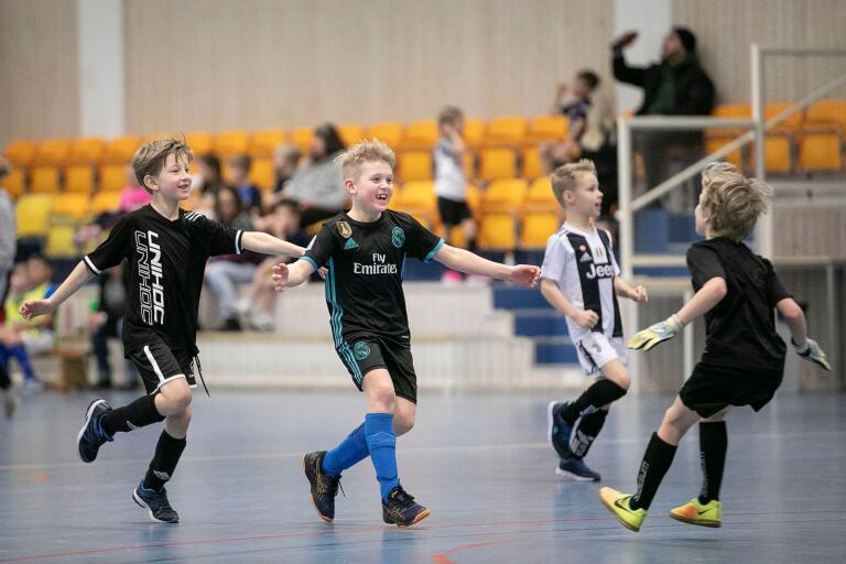 Vilt jubel hos Saltviksgänget efter att Walter Klingberg, mitten, precis gjort mål i finalen mot Kristinebergs BGR.