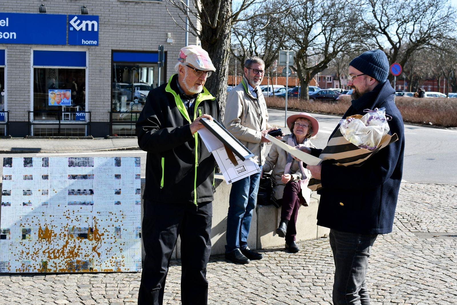 Sten Bjerketun, intendent för stiftelsen Tomelilla Konstsamling, överlämnar stipendiet på 5000 kronor.