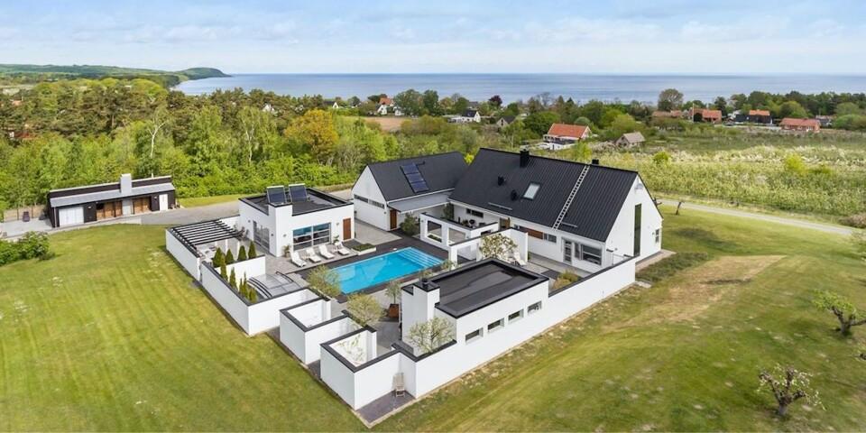 Med ett slutpris på 16,7 miljoner kronor satte detta hus ovanför Viks Fiskeläge i år nytt rekord för en villa på Österlen, enligt Bjurfors, som skötte försäljningen. Villan ska inledningsvis användas som fritidsboende.