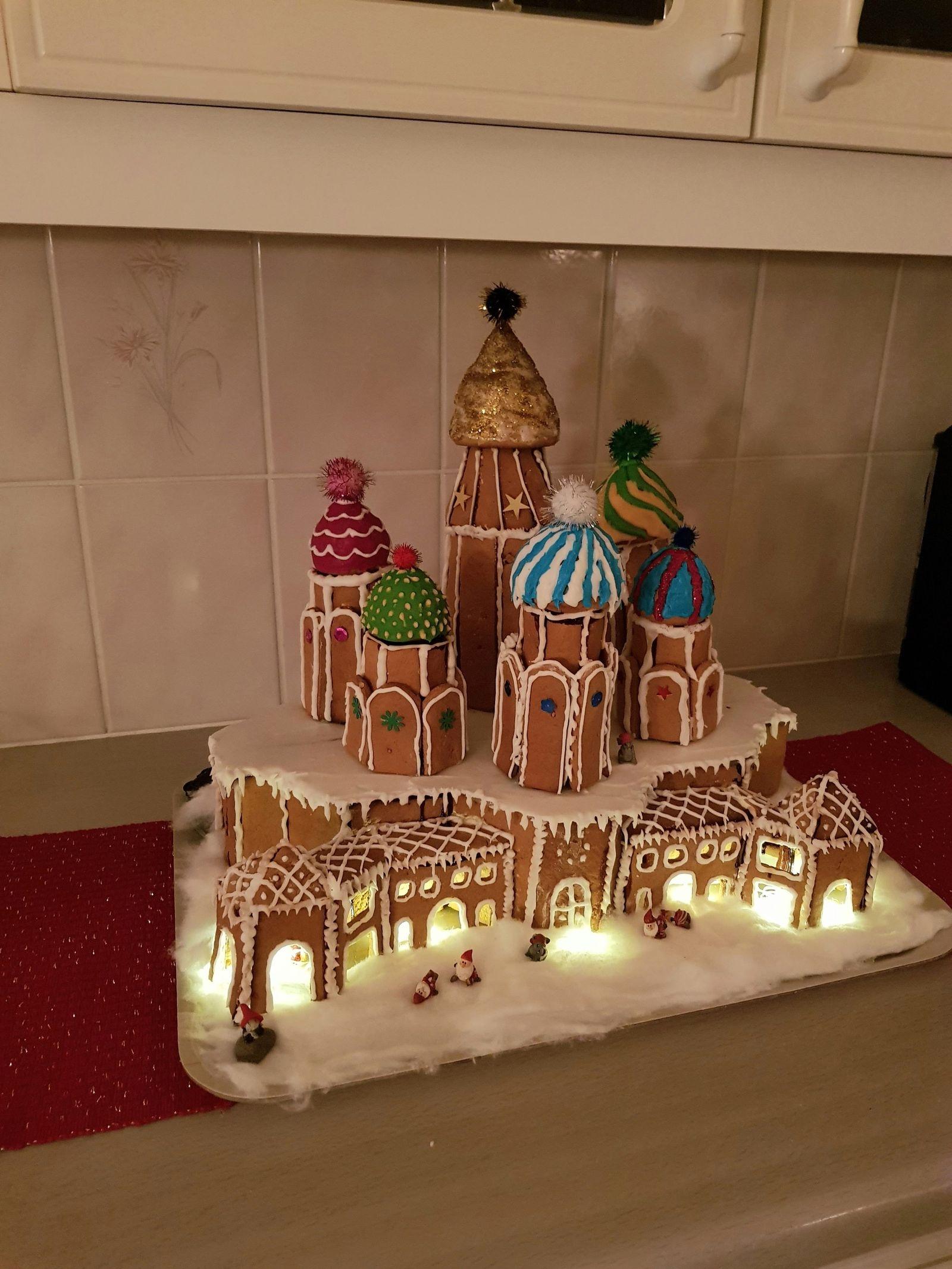 Julia Hammare och hennes pappa Lars Hammare har som tradition att varje år göra en ny pepparkakskonstruktion. De har byggt alltifrån flygplan till Tower bridge i London. Årets hus är ej färdigt ännu så därför blir det en bild från 2018 då far och dotter byggde Vasilijkatedralen i Moskva.