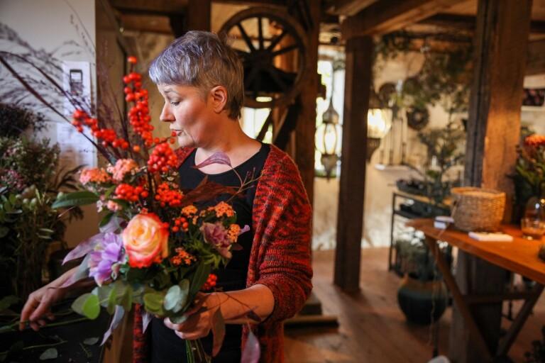 Smedjan väcks till liv av kreativ blomsterkonstnär