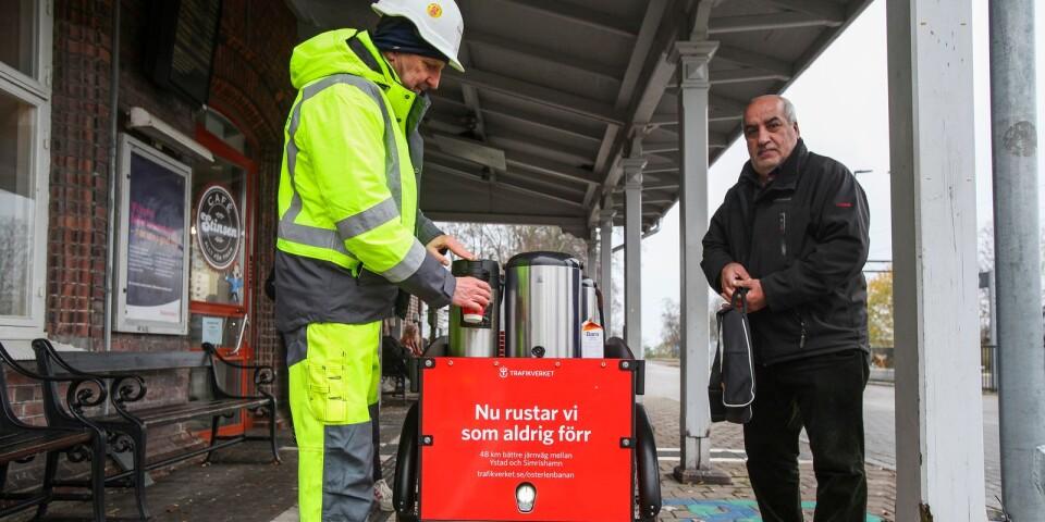Zafwan Khamis bjöds på en rykande het kopp kaffe av Jan Källqvist, projektledare på Trafikverket, som förra torsdagen gästade Simrishamns station med anledning av att det stora banarbetet snart är klart.