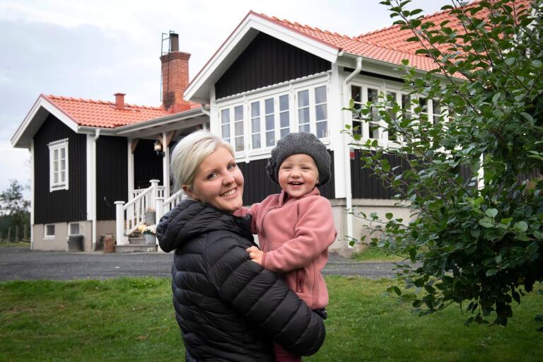 Johanna Giselhäll Sandström och dottern Freja trivs på gården i Björkefall.