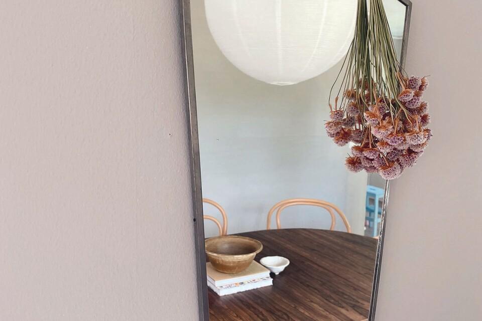 Spegel i tenn köpte jag på loppis när vi flyttade in i vårt hus. Den flyttar runt på väggarna här hemma.