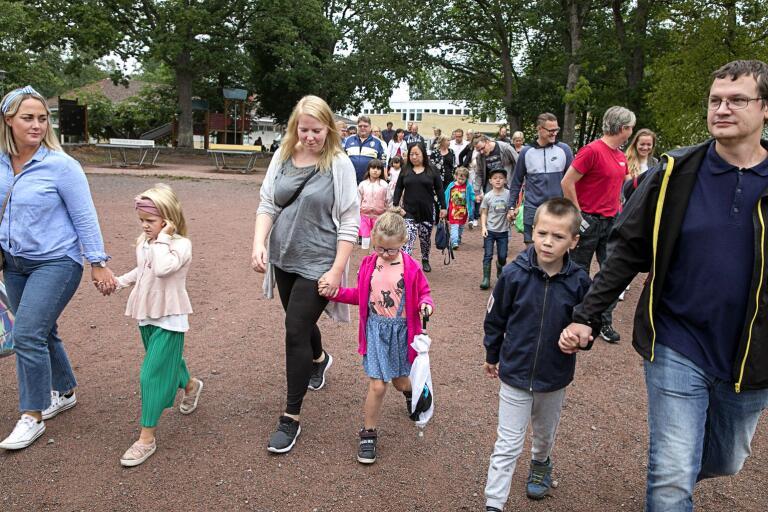 Efter en snabb samling på skolgården är Vera, med mamma Josefine Forslund, Saga, med mamma Therese Pedersen, och Leonard, med pappa Andreas Homebrant på väg till klassrummet för första gången för att träffa sina pedagoger och klasskamrater.