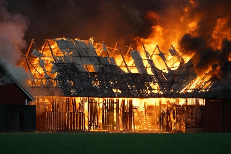 Kraftig brand när ladugård brann ner till grunden
