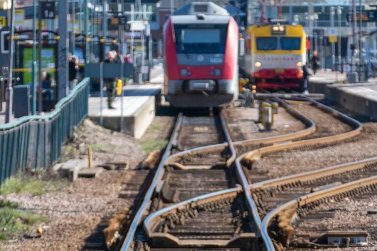 Kastade tåg sten på tåg – krossade fönster