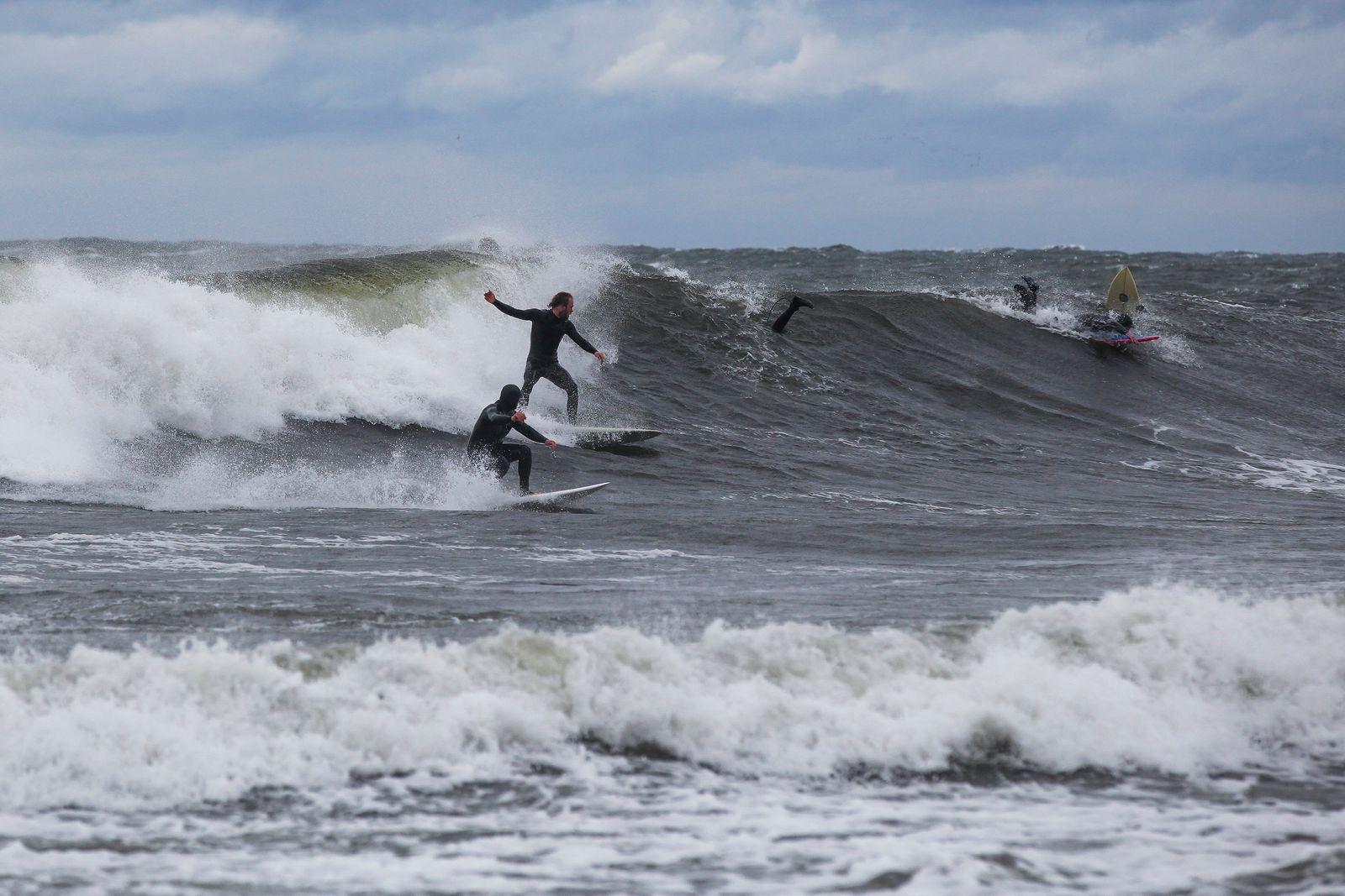 När höststormarna rullar in, rullar Skånes vågsurfare till Österlen. Förra onsdagen och torsdagen var det riktigt fina förhållanden längs Hanöbukten och sydkusten.
