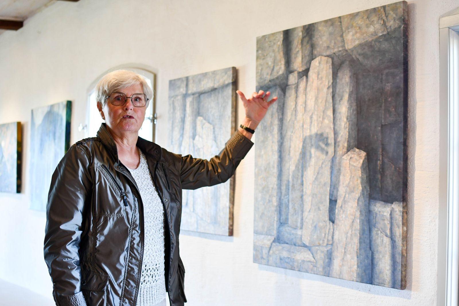 Årets hÖsterlenSalong blir inte en jurybedömd salong utan en samlingsutställning med de tidigare vinnarna av publikens pris. Sonja Andersson var först ut med att vinna Guldramen.