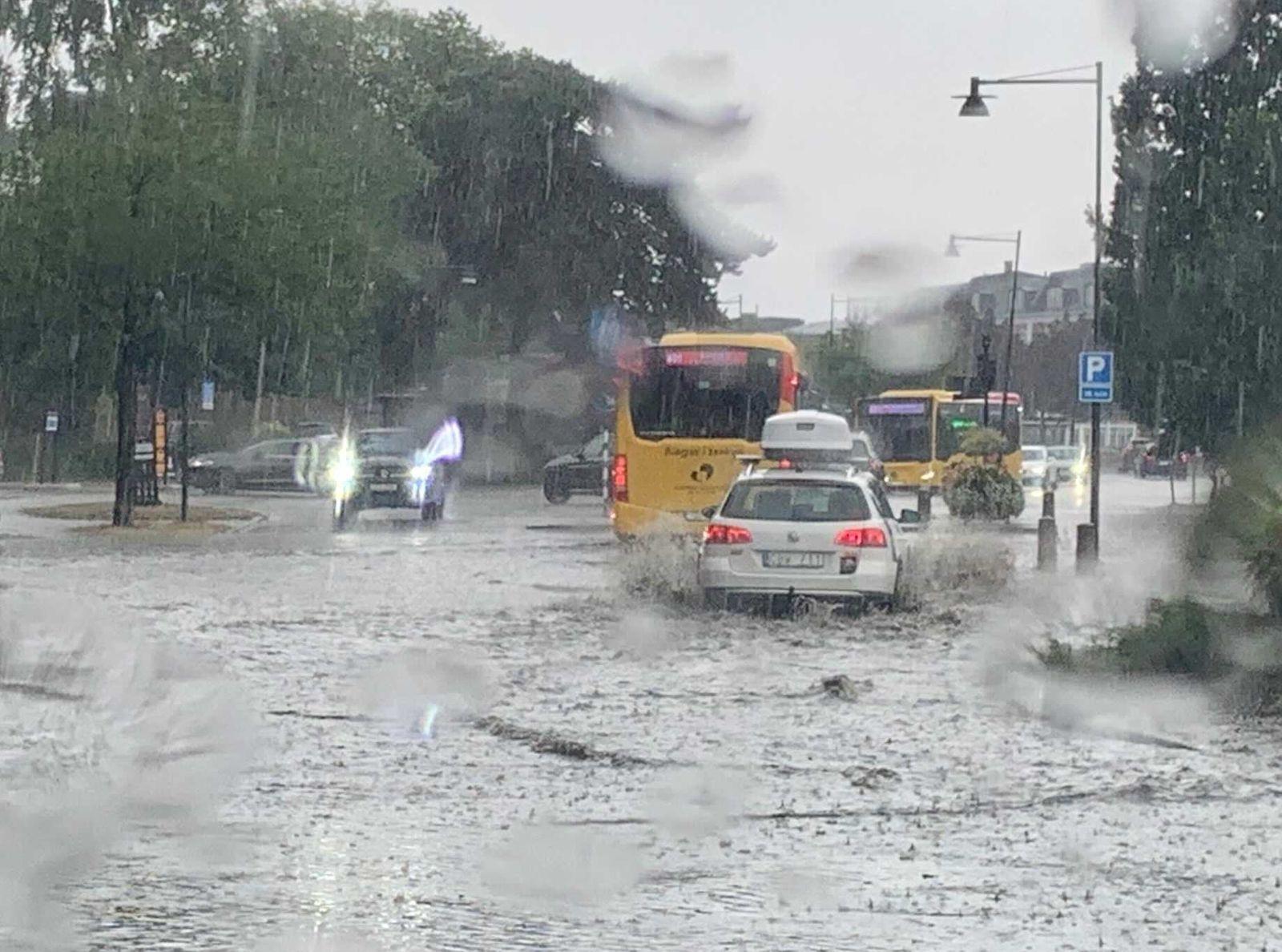 Mycket vatten vid stationen i Kalmar. En del bilar vänder för att undvika vattenmassorna.