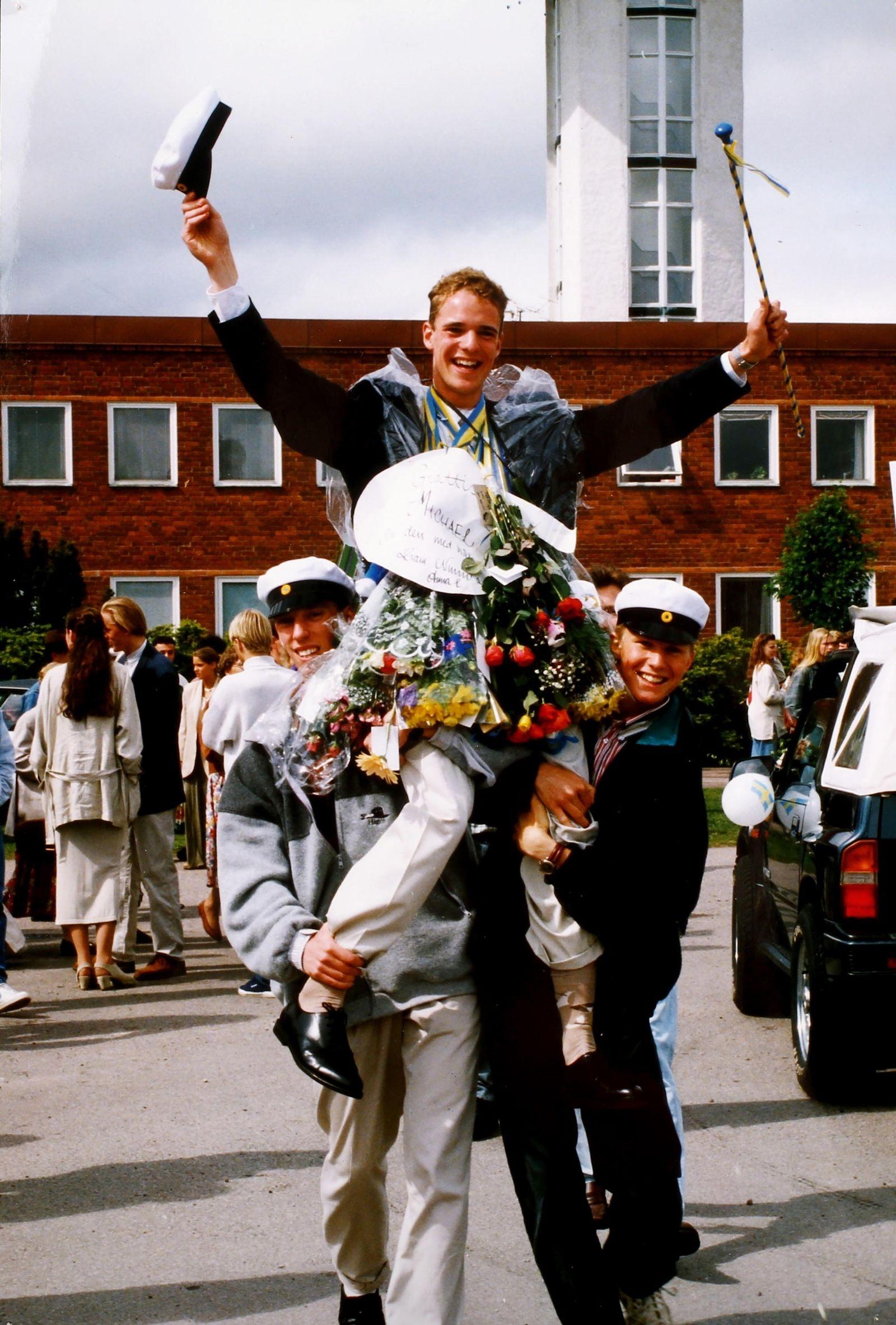 Glada studenter på Lars Kaggskolan 1994. Jonas Hellman och Ola Setterby lyfte upp vännen och Kalmarbon Michael Grossman som lämnade TEL3.