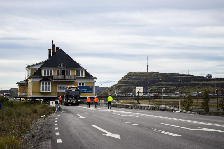 Träbyggnad flyttas på hjul i Kiruna. Kyrkan ska förmodligen flyttas på samma sätt. Pressbild.