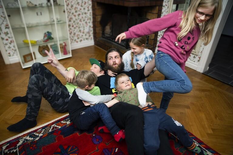 """Han blir uppvaktad av sex barn: """"Får otroligt mycket kärlek"""""""