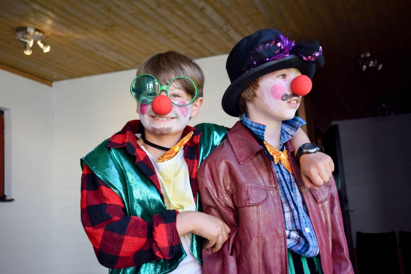 """""""Det känns lite pirrigt"""" konstaterade Joar Lyhagen och Henry Wallentin en stund innan det var dags för dem att gå in på scen för att bjuda publiken på ett nummer med humor, flowersticks och enhjuling."""